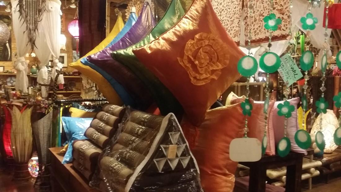 タイの三角クッションとバリ島のクッション