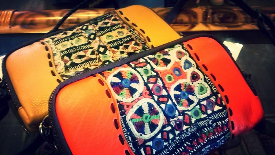 革と民族布の財布バック