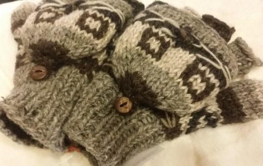 今年は寒くなるみたいネパールのウールの手袋登場