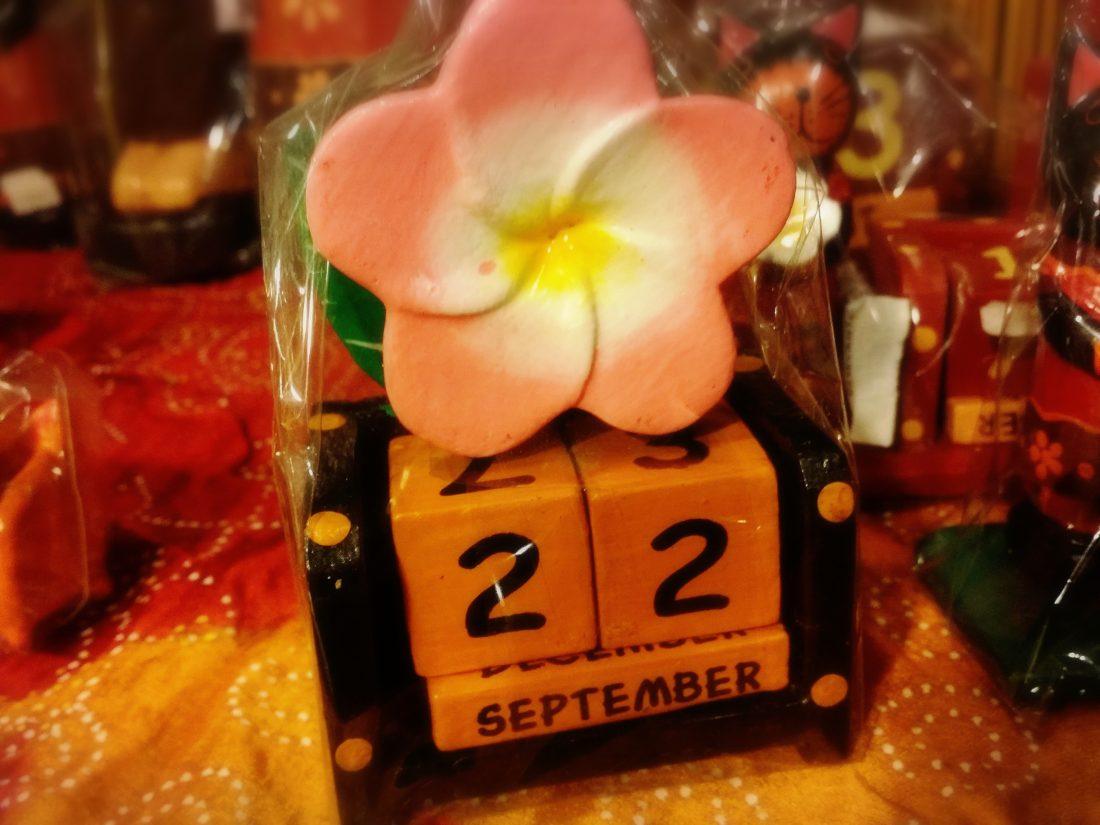 バリ島木彫り万年カレンダー