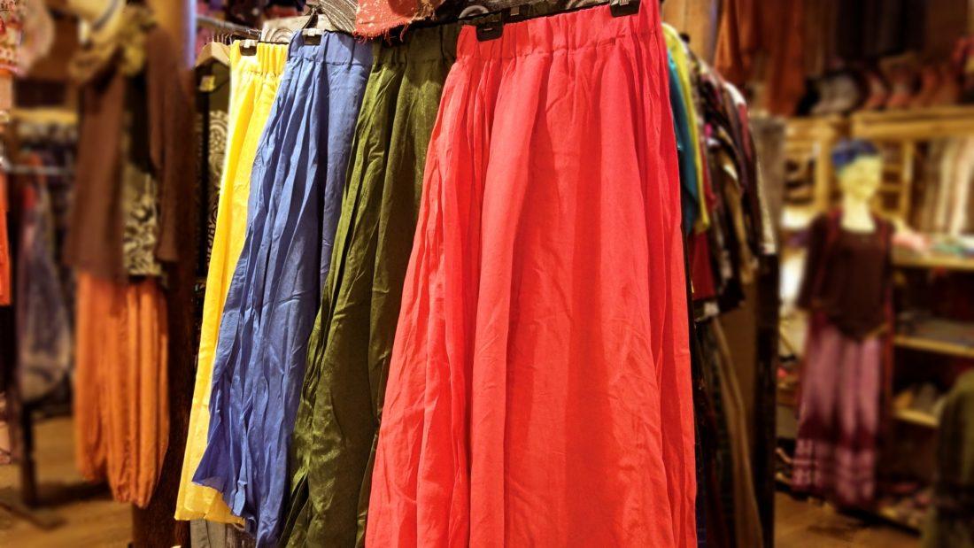 エスニックに合わせやすい無地スカート