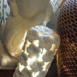 ライムストーンの透かし彫りのランプ