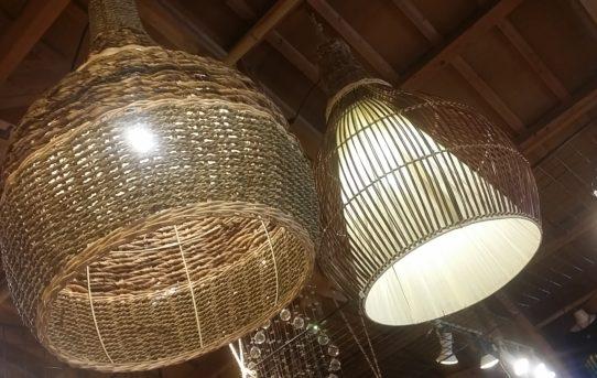 バリ島からの大きな天井からの吊り下げランプに灯りをともしました。