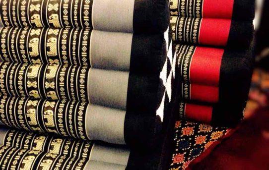 タイの三角クッション 色柄色々入荷しました。