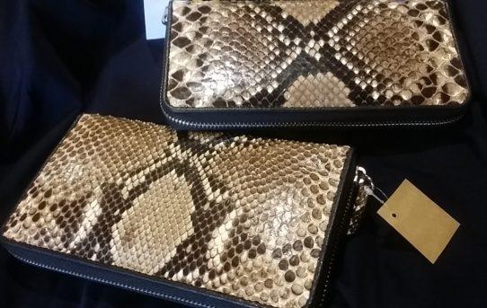 昨日のエイ革(ガルーシャ)の財布に続いて今日はパイソンのお財布