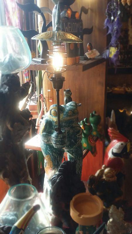 バリ島傘持ちカエルランプ