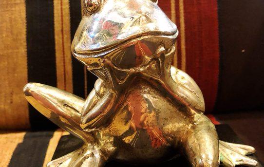 オススメの縁起物カエルの置物真鍮製リンク先での通販もOK