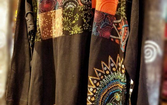 ネパールのグルグルプリントに刺繍の人気チュニックなど入荷