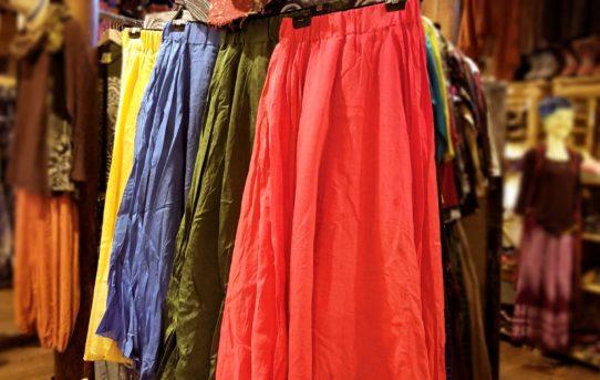 エスニックに合わせやすい無地の春色スカート入荷