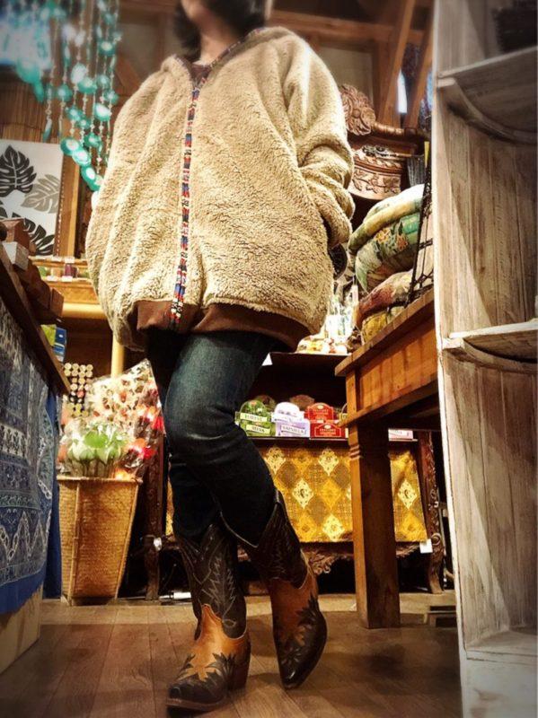 冬のエスニックファッションコーデ、もこもこアウター