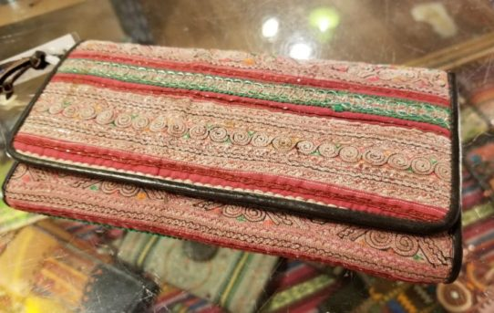 チェンマイで見つけた本革と民族布の高品質の長財布