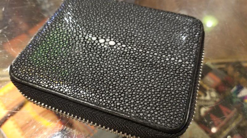 エイ革【ガルーシャ】の財布入荷しました。二つ折りコンパクトなジップタイプ