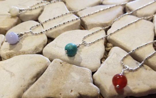 春の軽やかな天然石のネックレス