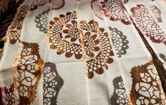 インドの新柄暖簾や、テーブルクロスにベットカバー入荷